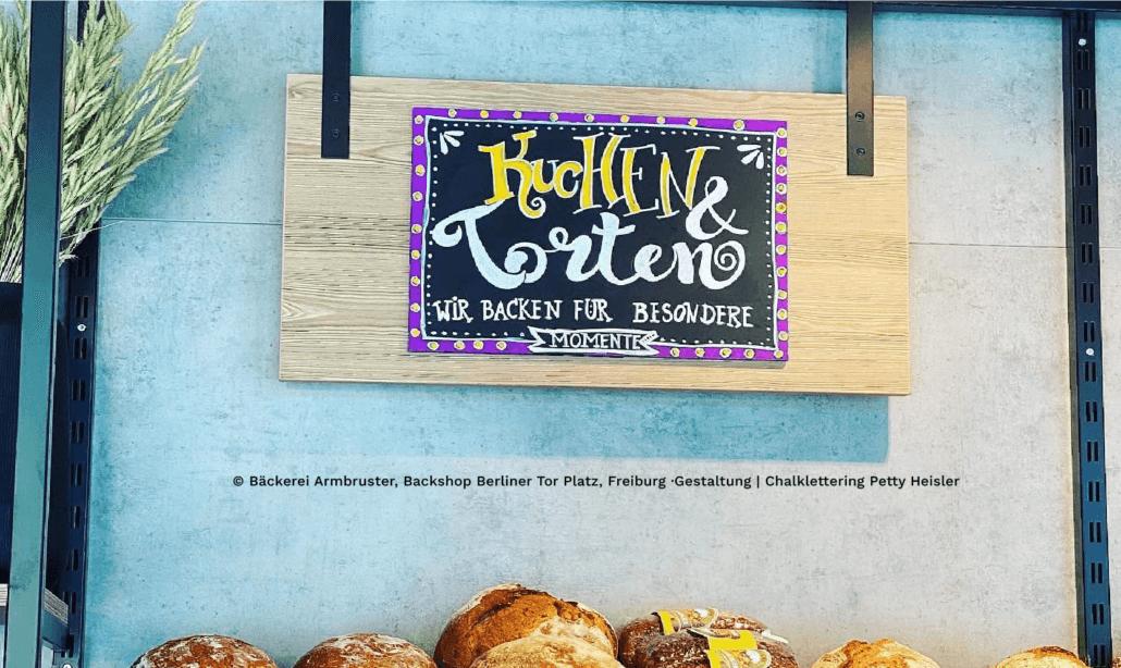 Kreidetafel beschriften für die Bäckerei Armbruster in Freiburg. Den Stil nennt man Chalklettering